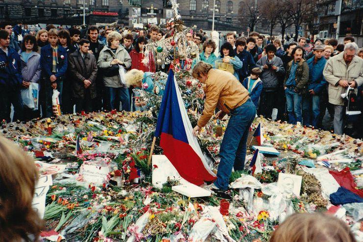 Photo: https://en.wikipedia.org/wiki/Velvet_Revolution#/media/File:Havla_1989.jpg