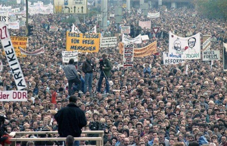 Demonstration in East Berlin on November 4 1989. Photo: https://upload.wikimedia.org/wikipedia/commons/e/e9/Bundesarchiv_Bild_183-1989-1104-437%2C_Berlin%2C_Demonstration_am_4._November.jpg