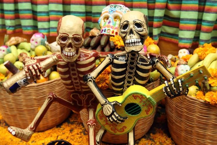 Photo: http://d3iclo7fnwyr1g.cloudfront.net/sites/default/files/styles/paragraph_image_large_desktop_1x/public/dia-muertos-mexico-1-fotos.starmedia.com_.jpg